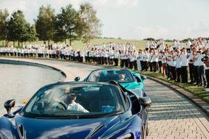 Daniel Ricciardo, McLaren, Lando Norris, McLaren with team members