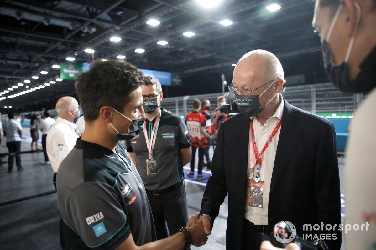 Mitch Evans (Jaguar Racing) conoce a un invitado en el pitlane