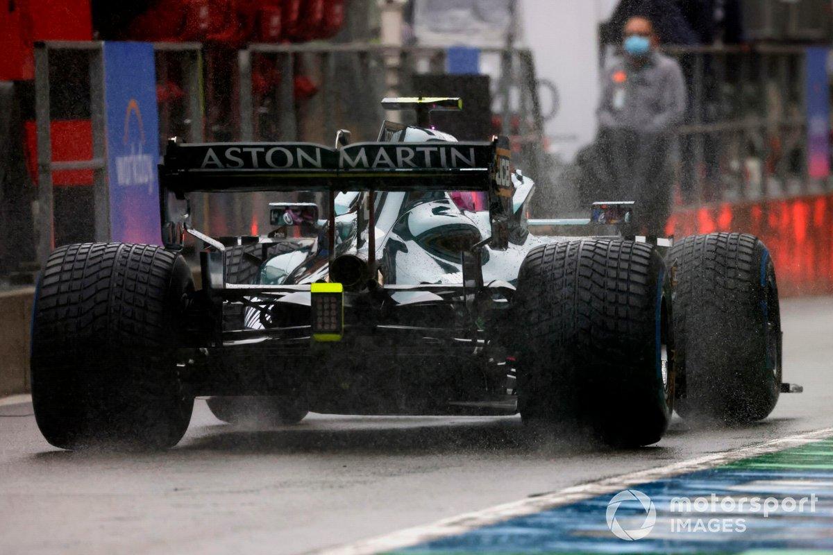 Sebastian Vettel, Aston Martin AMR21, en pit lane