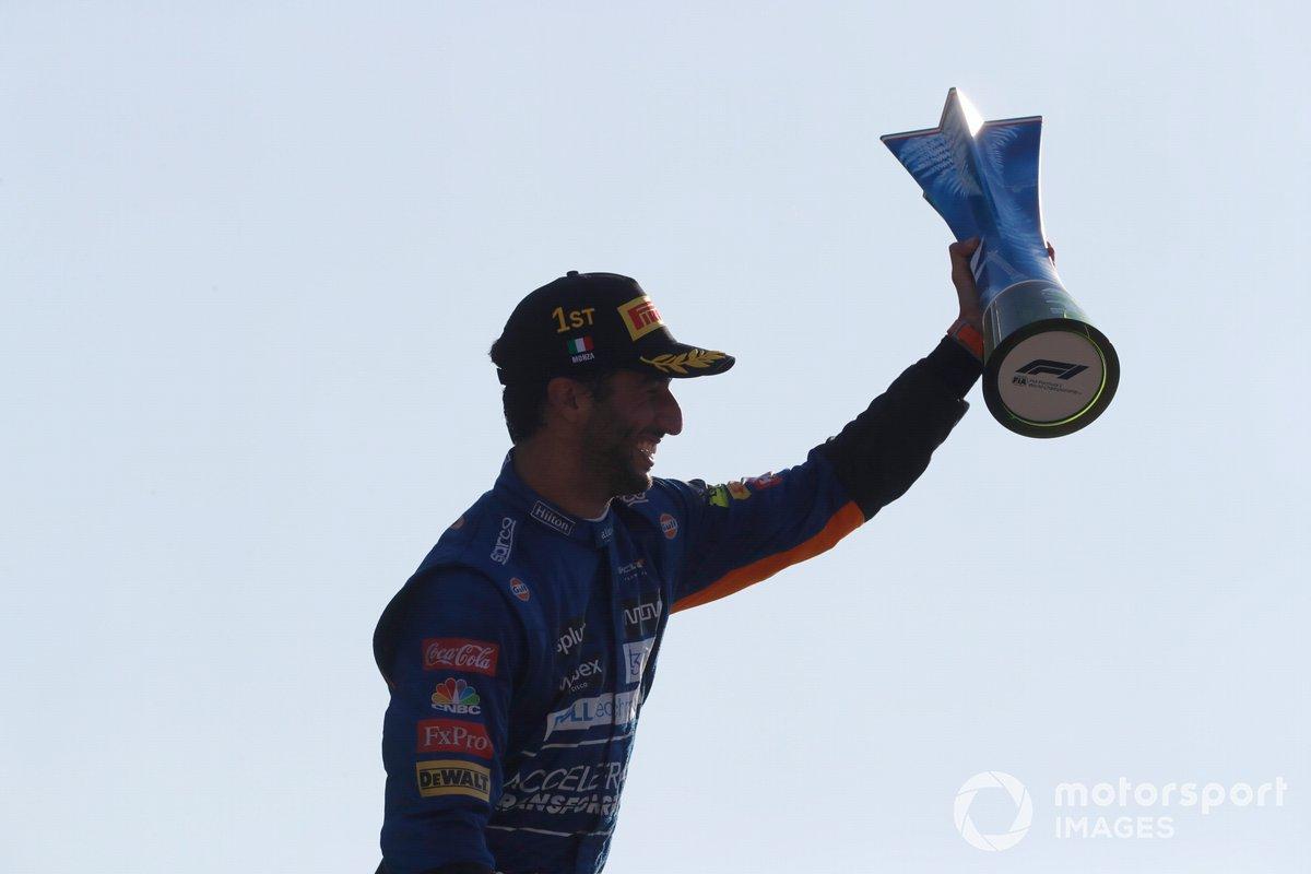 Daniel Ricciardo, McLaren, 1a posizione, con il suo trofeo