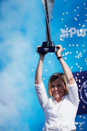 Susie Wolff, Teambaas Venturi Racing, op het podium