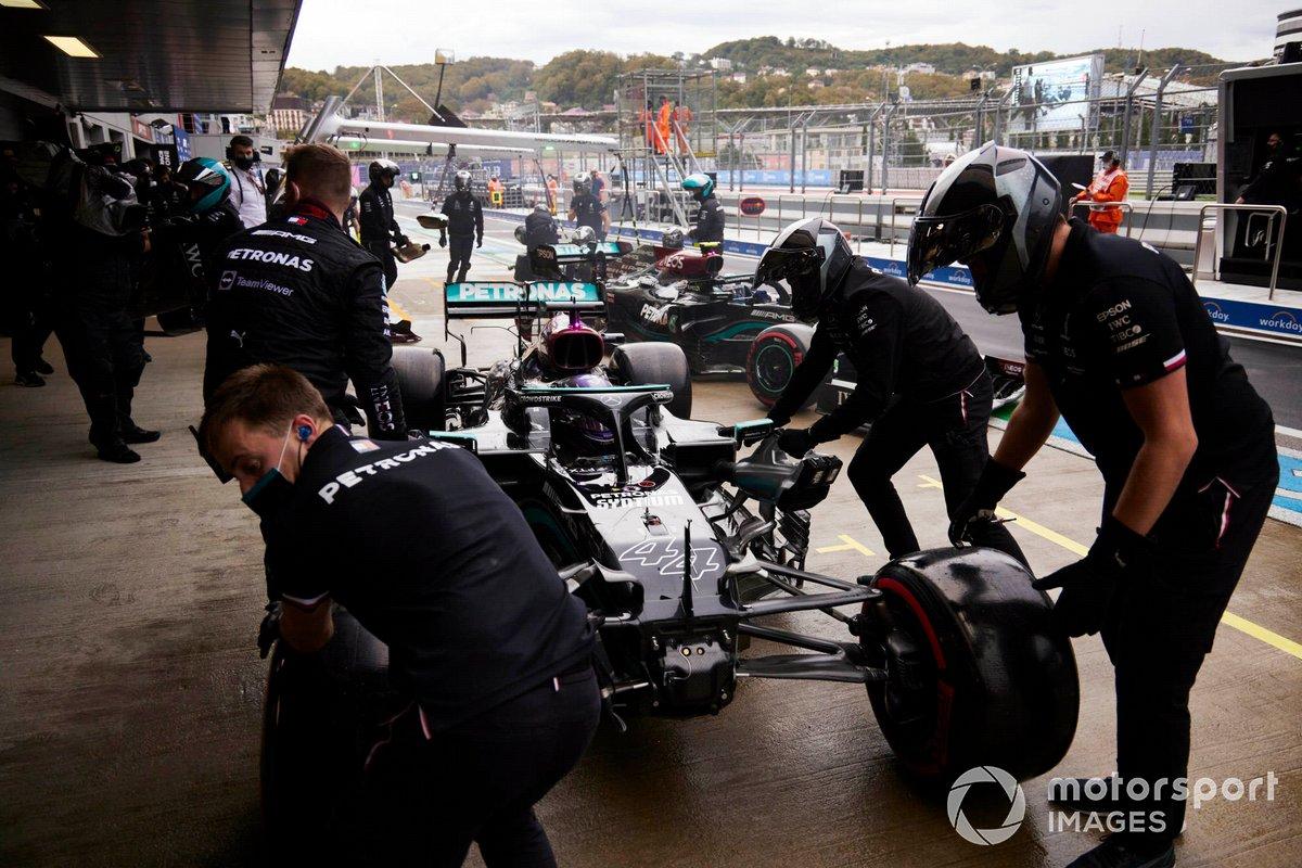 Mecánicos en el pit lane con el coche dañado de Lewis Hamilton, Mercedes W12, durante la clasificación