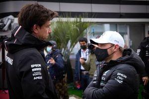 Toto Wolff, team principal et PDG, Mercedes AMG, et Valtteri Bottas, Mercedes