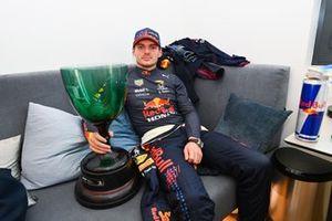 Le vainqueur Max Verstappen, Red Bull Racing, avec son trophée