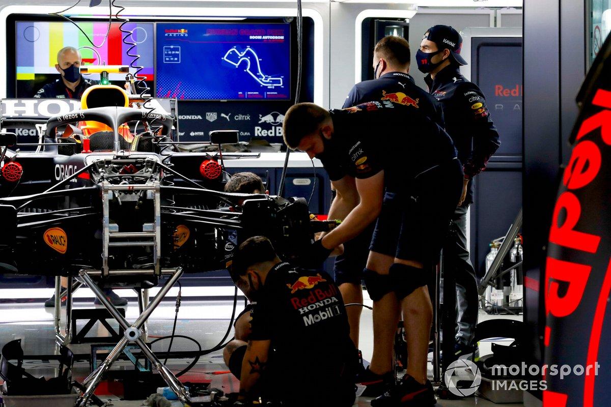 Sergio Pérez, en el box de Red Bull Racing