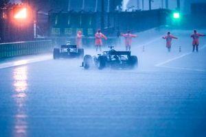 Het regent in de pitlane als het rode licht aan de uitgang wordt getoond