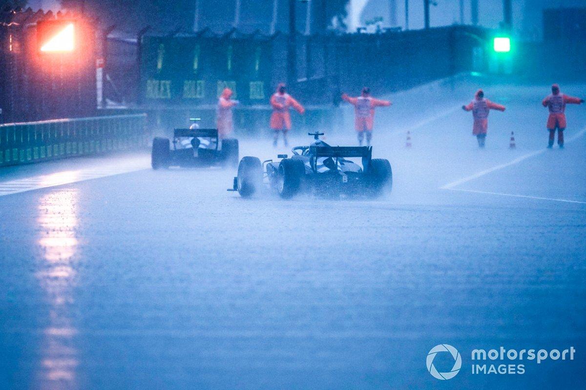 La lluvia azota el pitlane de Sochi