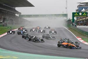 Lando Norris, McLaren MCL35M, Lance Stroll, Aston Martin AMR21, Yuki Tsunoda, AlphaTauri AT02, Sebastian Vettel, Aston Martin AMR21, Lewis Hamilton, Mercedes W12, et le reste des monoplaces au départ