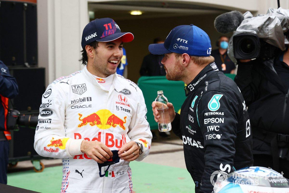 Sergio Pérez, Red Bull Racing, 3ª posición, y Valtteri Bottas, Mercedes, 1ª posición, hablan en el Parc Ferme