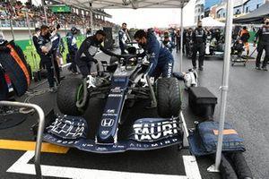 Yuki Tsunoda, AlphaTauri AT02, on the grid