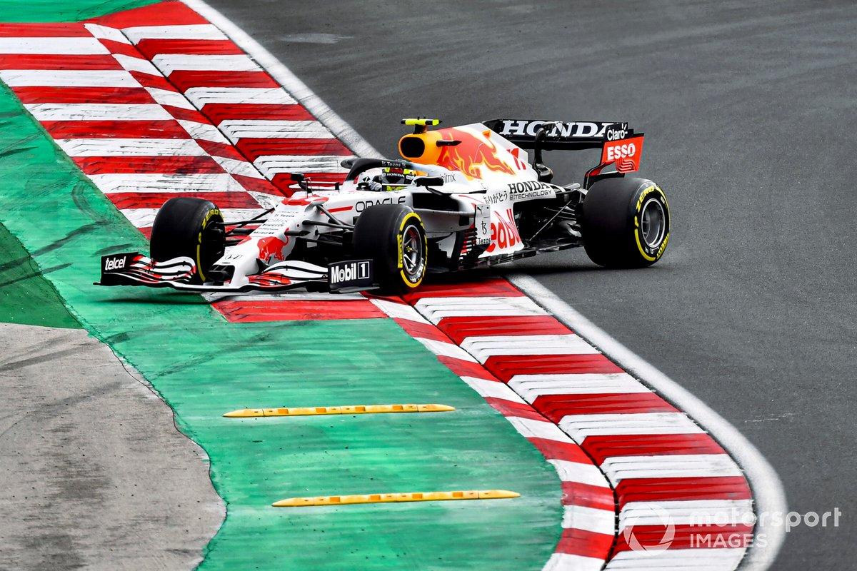 Sergio Perez, Red Bull Racing RB16B, fa un testacoda
