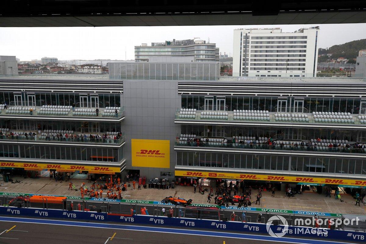 Daniel Ricciardo, McLaren MCL35M, y Max Verstappen, Red Bull Racing RB16B, pit stop