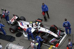 Mechanics on the grid with Mick Schumacher, Haas VF-21