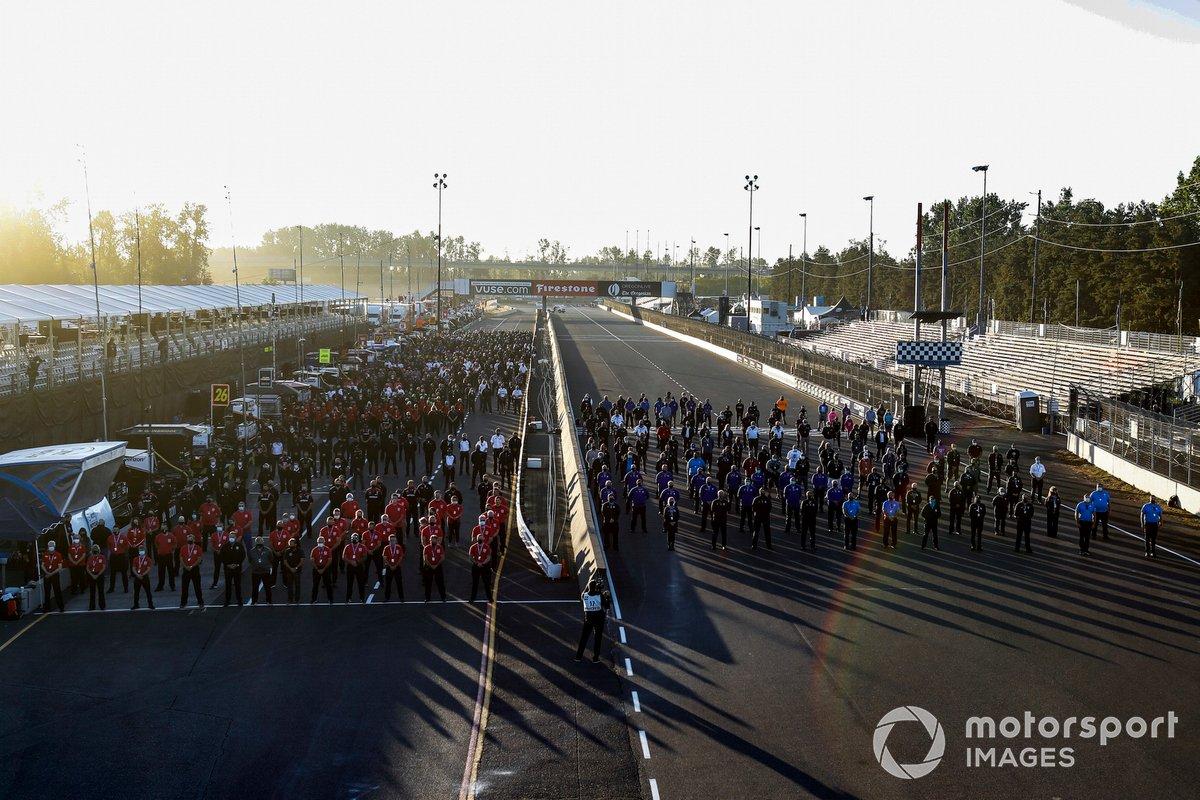 Los equipos y el personal de la IndyCar se reúnen para un momento de silencio en homenaje al 11 de septiembre