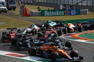 Lando Norris, McLaren MCL35M, Pierre Gasly, AlphaTauri AT02, Lewis Hamilton, Mercedes W12, Charles Leclerc, Ferrari SF21, Carlos Sainz Jr., Ferrari SF21, y el resto en la primera vuelta