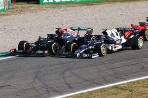 Lewis Hamilton, Mercedes W12, strijdt met Pierre Gasly, AlphaTauri AT02