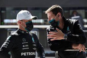 Valtteri Bottas, Mercedes, talks with an engineer