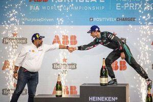 Dilbagh Gill, director general del equipo Mahindra Racing, felicita a Mitch Evans, de Jaguar Racing, por su tercera posición en el podio