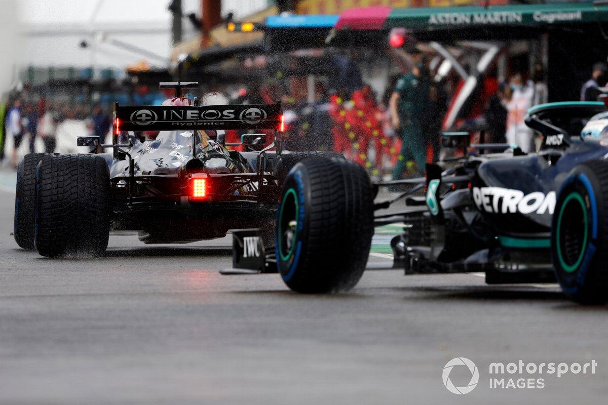 Lewis Hamilton, Mercedes W12, Valtteri Bottas, Mercedes W12, en la salida de pits