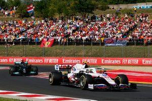 Mick Schumacher, Haas VF-21, Lewis Hamilton, Mercedes W12