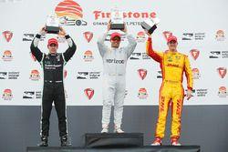 Podium: racewinnaar Juan Pablo Montoya, Team Penske Chevrolet, tweede plaats Simon Pagenaud, Team Pe