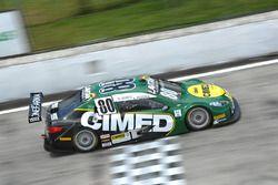 Carro de Marcos Gomes y Antonio Pizzonia cruza la meta