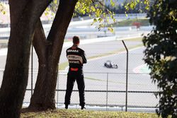 Nico Hülkenberg, Sahara Force India F1 regarde l'action en piste