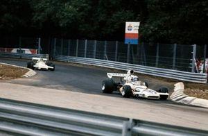 Peter Revson, McLaren M19C Ford precede Carlos Reutemann, Brabham BT37 Ford