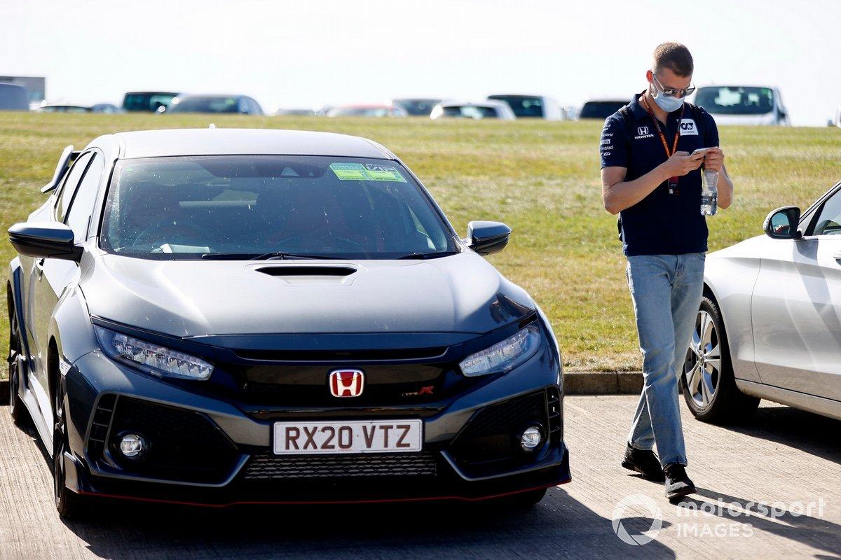 Daniil Kvyat, llega en su Honda Civic Type R