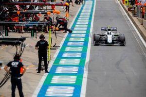 Nicholas Latifi, Williams FW43, passa Max Verstappen, Red Bull Racing RB16
