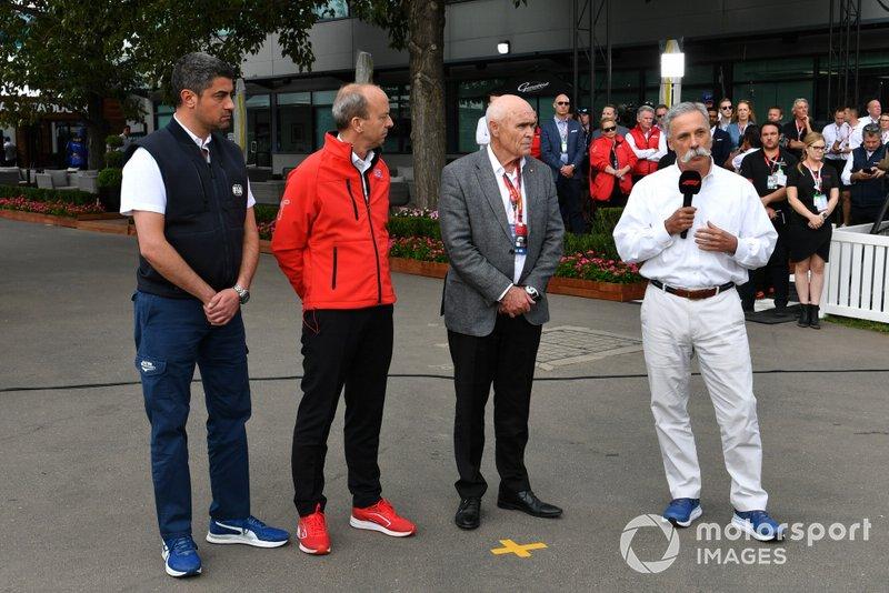 Michael Masi, director de carrera, Andrew Westacott, CEO del GP de Australia, y Chase Carey, presidente de la F1, hablan ante los medios