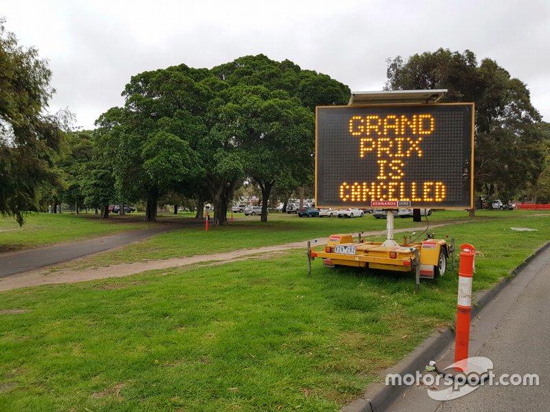 Un tabellone elettronico che avvisa che il Gran Premio d'Australia è stato cancellato