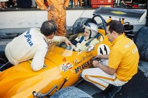 Bruce McLaren, McLaren M14A Ford in the pits