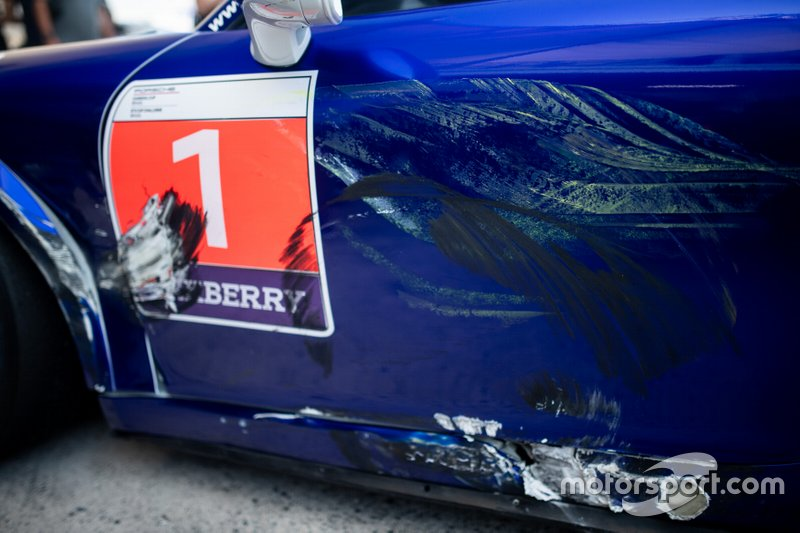 Marcas de batalha no carro do vencedor Urubatan Jr - Porsche