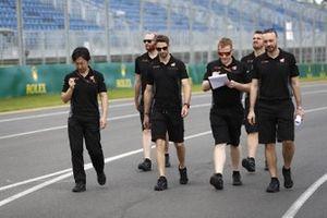 Romain Grosjean, Haas F1 walks the track with members of the team including Ayao Komatsu, Chief Race Engineer, Haas F1