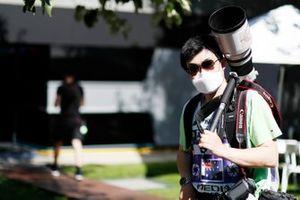 مصور يرتدي ماسك