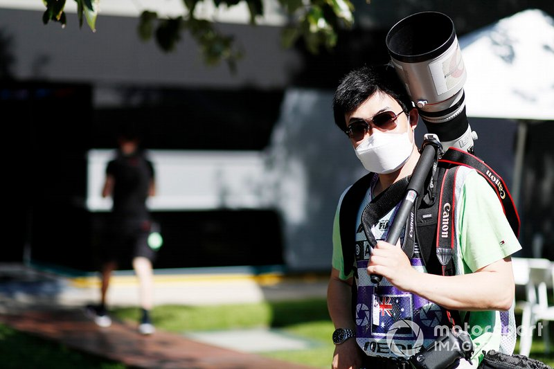 Un fotografo nel paddock con la mascherina protettiva