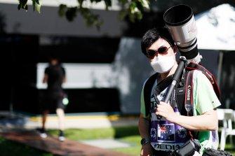 Un fotógrafo con una mascarilla en Albert Park