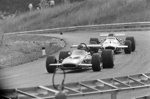 Andrea de Adamich, McLaren M14D Alfa Romeo devant Rolf Stommelen, Brabham BT33 Ford