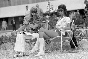 Barbro Peterson prende i tempi per il marito Peterson, March, GP di Francia del 1971