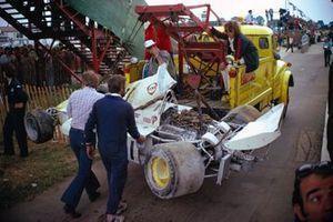 La Surtees TS14A Ford de Jochen Mass Surtees est évacuée