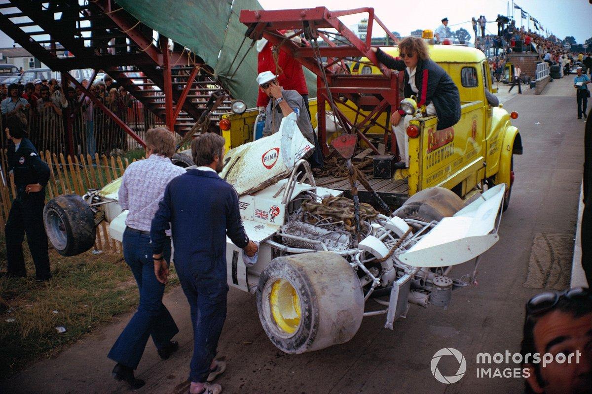 El Surtees TS14A Ford de Jochen Mass destruido es remolcado