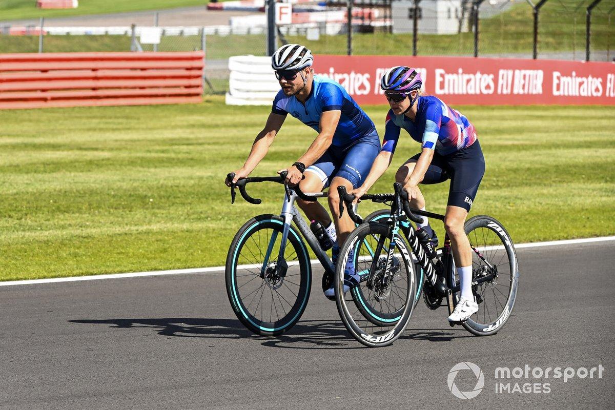 Valtteri Bottas, Mercedes-AMG F1 y Tiffany Cromwell en bicicleta