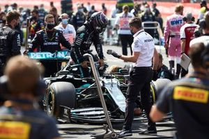 Lewis Hamilton, Mercedes-AMG Petronas F1, climbs out of his car on the grid
