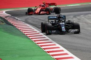 Lewis Hamilton, Mercedes F1 W11 EQ Performance, precede Charles Leclerc, Ferrari SF1000