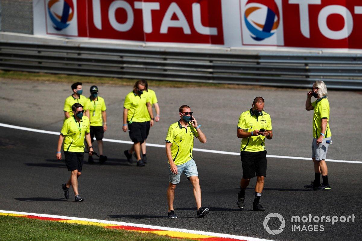 El equipo de Aston Martin Racing caminan por el circuito