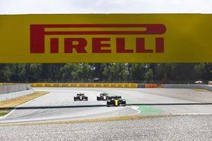 Esteban Ocon, Renault F1 Team R.S.20, leads Kimi Raikkonen, Alfa Romeo Racing C39