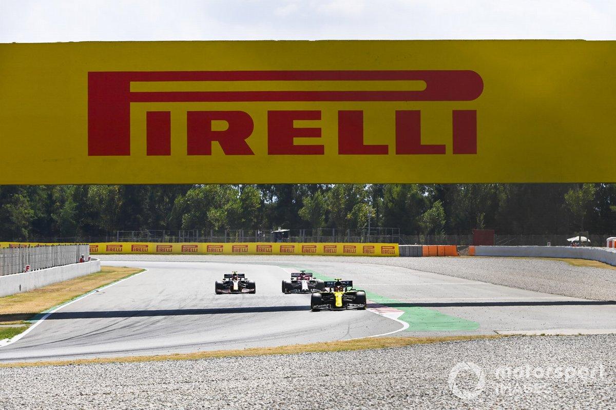 Esteban Ocon, Renault F1 Team R.S.20, precede Kimi Raikkonen, Alfa Romeo Racing C39
