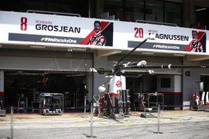 Le garage Haas F1 depuis la voie des stands, avec les voitures de Kevin Magnussen, Haas VF-20 et Romain Grosjean, Haas VF-20
