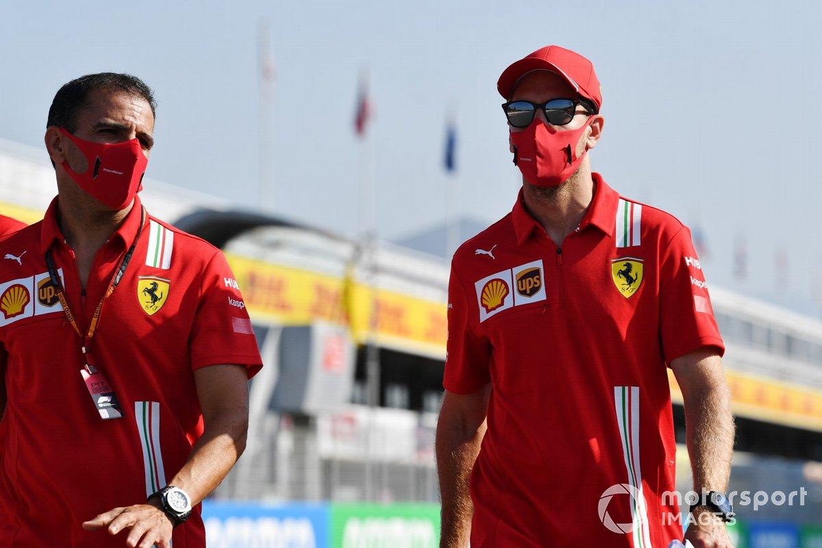 Sebastian Vettel, Ferrari, e Marc Gene camminano sul circuito